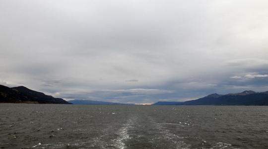 南極上陸クルーズ終着点ウシュアイアへ向けて、ビーグル水道を進むAntarctic Dream号