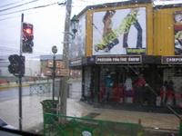 プエルトナタレスからパイネ国立公園へ向かうバス。外は雨。。