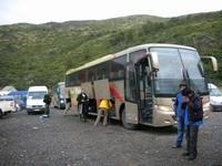 パイネのアマルガからパイネグランデキャンプ場へのフェリー乗り場へ向かうバス