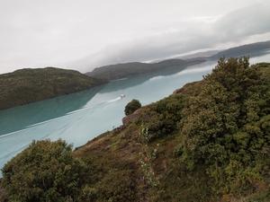 パイネグランデキャンプ場の下の道を歩くお散歩コースから見える湖②。