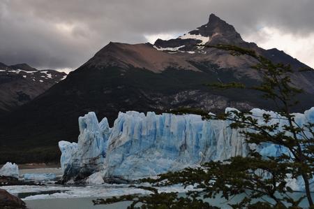 雷鳴のような氷河の崩落音が轟くペリトモレノ氷河の先端部にあるミラドール