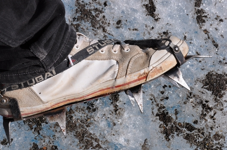ペリトモレノ氷河のBig Iceツアーでは足にアイゼンを着ける。こんなの