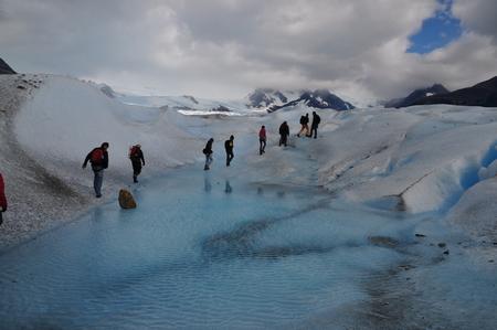 ペリトモレノ氷河のBig Iceツアーで氷河の上の川を渡る