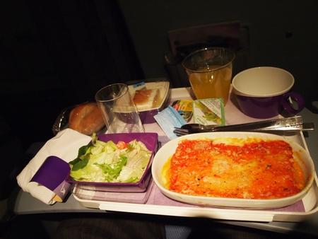 今日のLAN航空の機内食はチキンとトマトのラザニア。そこまで美味しくなくLANの機内食ちょっと飽きてきた。