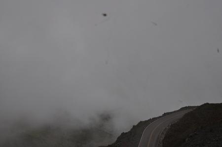 雲の上まで道が続くマチュピチュ行きの激しい山道