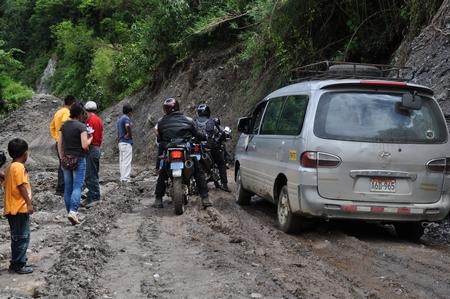 マチュピチュ行きのコレクティーボの途中、あまりの悪路に立ち往生