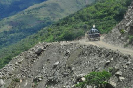 マチュピチュ行きの途中の山道。少しでもコースを外れたら崖の下へ直行