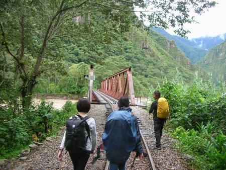 マチュピチュ行きの最後は徒歩でマチュピチュ村を目指す。とにかく線路を歩く