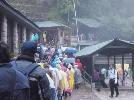 マチュピピュ入場ゲート横にあるワイナピチュ登山エントリーの窓口の列に並ぶ