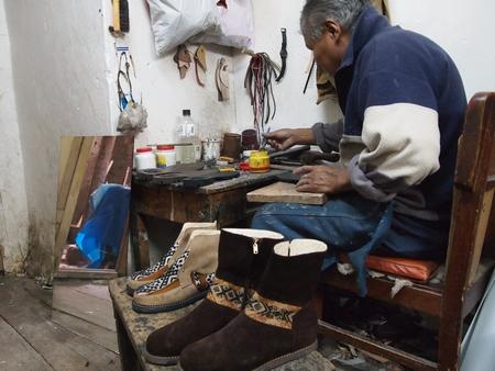 クスコのオーダーメイド靴の工房。てんやわんや