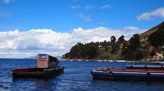 巨大なティティカカ湖をボートで渡り、ボリビアへ入国!