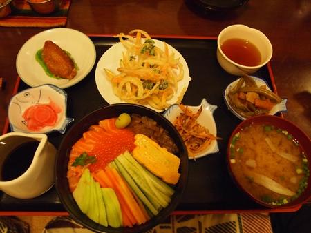 ボリビアで一番有名な日本食屋さんの「けんちゃん」で食べるトゥルーチャちらし