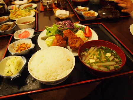 ボリビアで一番有名な日本食屋さんの「けんちゃん」で食べるからあげ定食