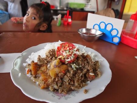 ボリビアの外食といえばメルカドの安定食。結構うまい