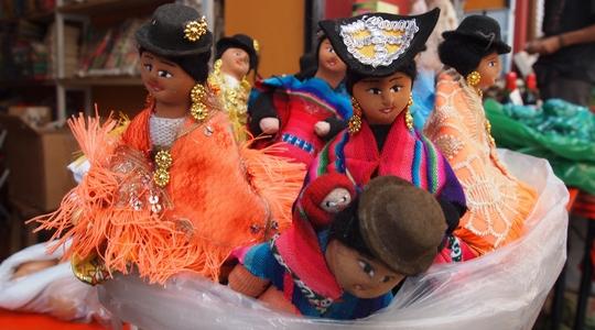 ラパスといえばお土産。これはインディヘナのおばちゃん人形