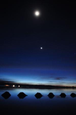 ウユニの朝。昨日の夜見た無数の星たちは去っていって、代わりに月が見えていた