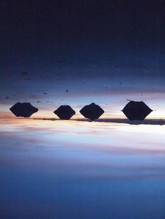 昼間は強力な太陽の光が照るウユニ塩湖だけれど、朝はまだまだ寒い