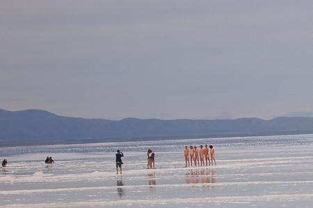 ウユニ塩湖といえば。。おばかな方々の全裸。。