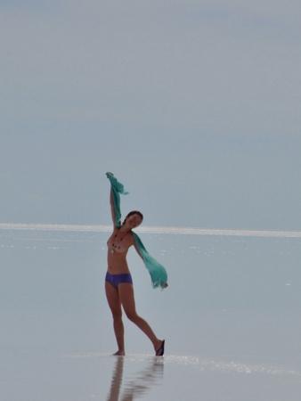 ウユニ塩湖では女の子も全裸!