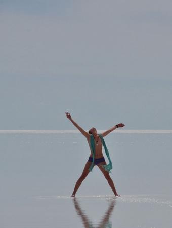 ウユニ塩湖では女の子が全裸でかっこよくキメる!