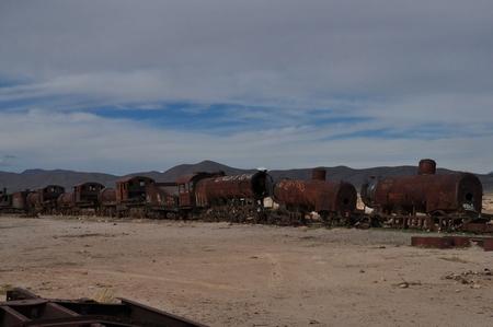 ウユニ塩湖ツアーに必ず着いてくる列車の墓場