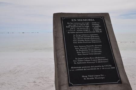 ウユニ塩湖で起きた悲しい事故の慰霊碑