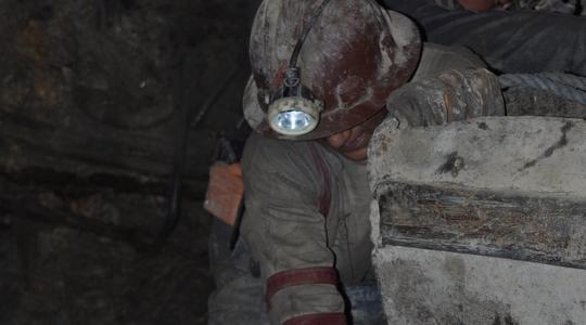 ポトシの鉱山でコカの葉をかみながら必死に汗を流す男達