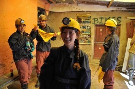 ポトシの鉱山ツアーではまず全身鉱山用のウェアに着替え、長靴とヘルメット、ライトを装着する