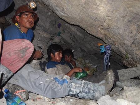 ポトシの鉱山で働く男達。ベテランのおじさんと青年が休憩していた