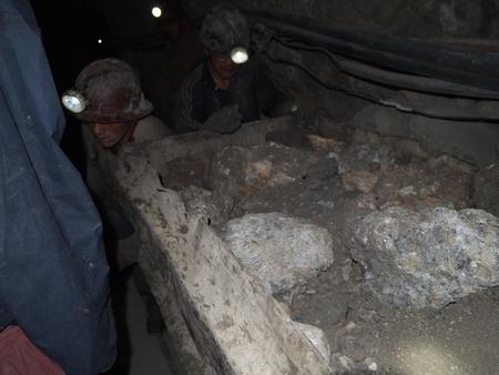 ポトシの鉱山で働く男達。役に立たないトロッコ