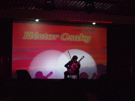 ラ・パス日本人会のチャリティーコンサート。日本人ギタリストによるギターソロ