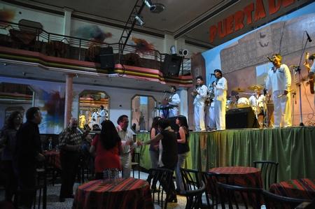 ラ・パスのペーニャ(ボリーチェ)で踊りだす観客