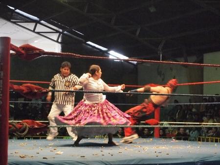 ラパスといえばおばちゃんプロレス。民族衣装を着たおばちゃんがプロレスのリングで戦う