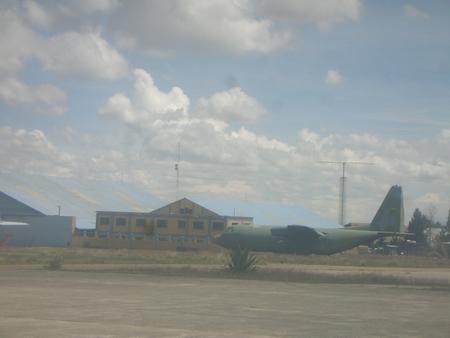 ラパスの空港に何故か軍用機。何かがおかしい