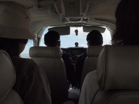 ルレナバケ行きのプライベートセスナの座席は2×2+クルー2名の6人乗り