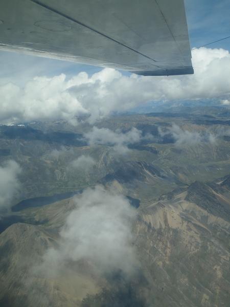 小さなセスナでは空に浮かぶ雲は避けて進む