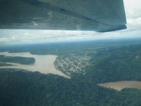 セスナからルレナバケの町が見えてきた