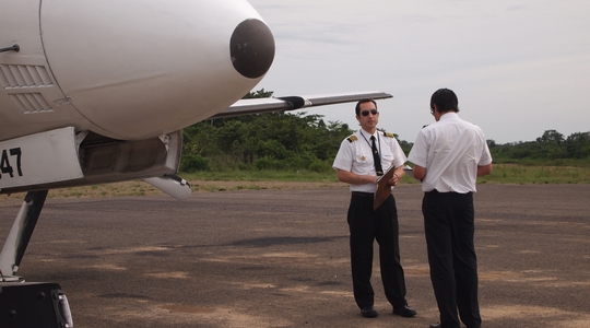 ルレナバケからラ・パスへ帰るプロペラ機と信頼できそうなパイロット