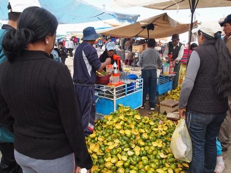 ラ・パスの泥棒市で人だかりのできるオレンジジュース屋さん