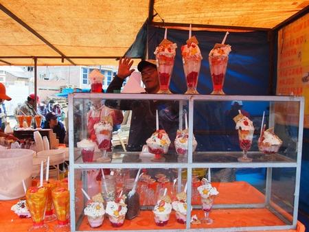 ラ・パスの泥棒市でボリビア名物のゼリーなど食べ歩き